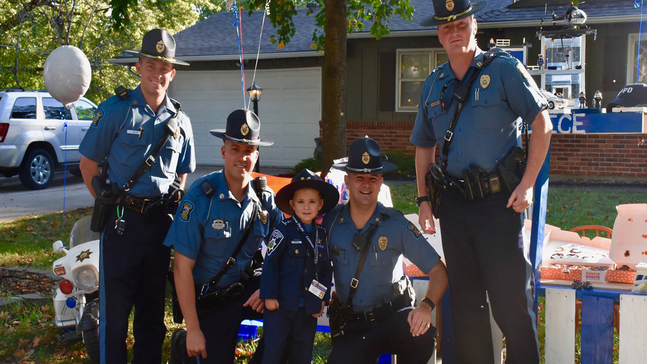 6 Year Old Serves Local Police with Donuts and Lemonade