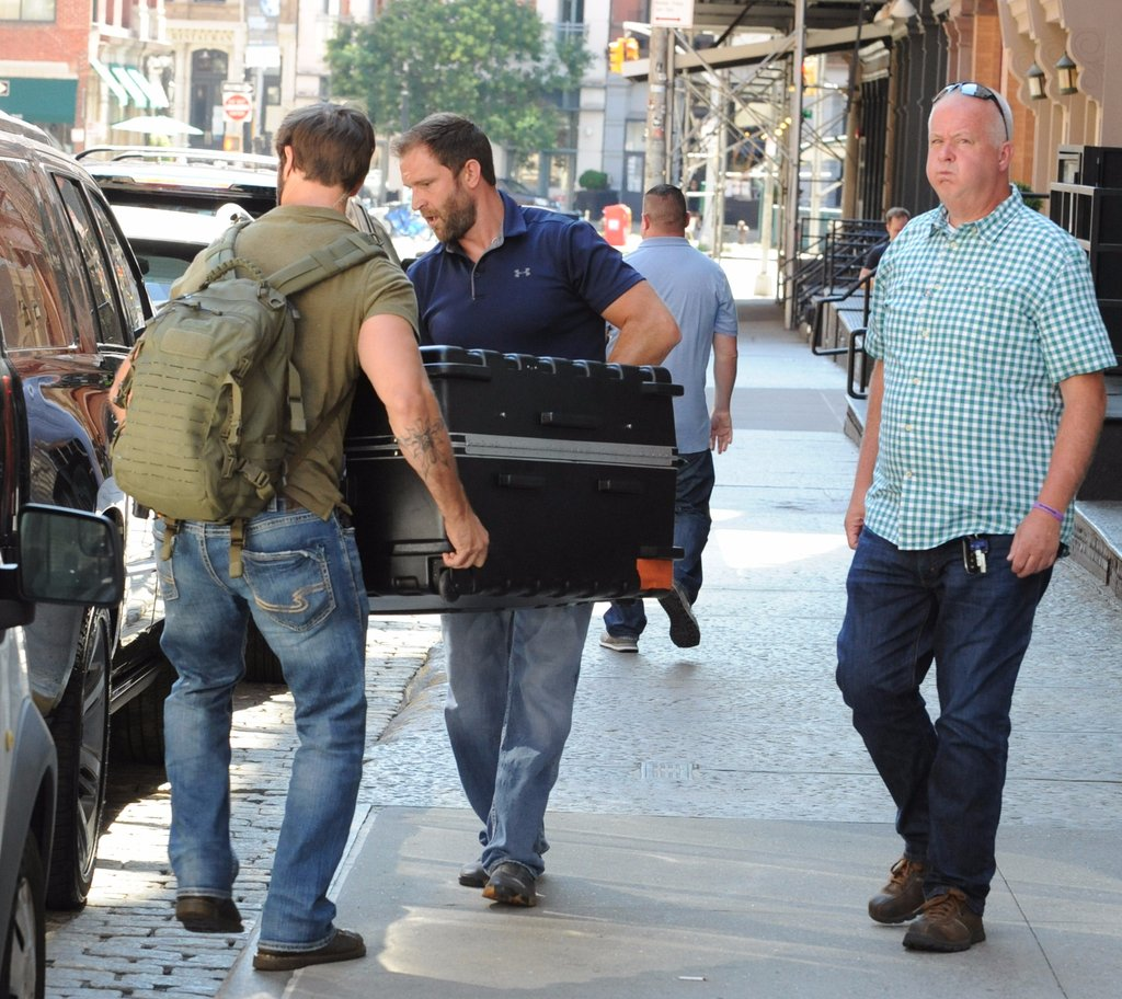 original_taylor-swift-suitcase-coming-out-her-apartment