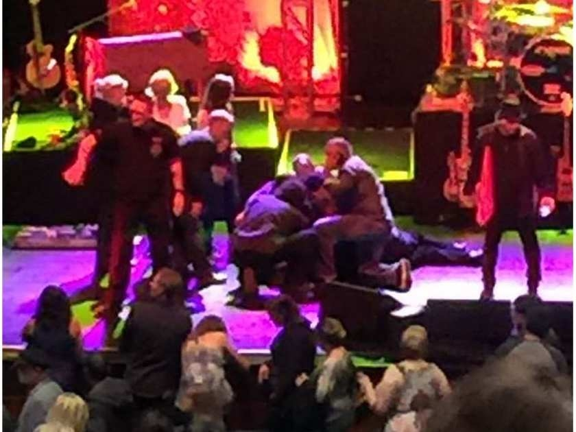 Breaking News : Meatloaf collapses on stage in Edmonton