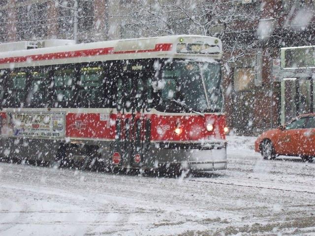 La primera gran nevada lleva el caos a Toronto