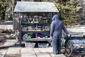 Un puesto de intercambio gratuito de libros y revistas en las Islas de Toronto. Foto: Juan Gavasa