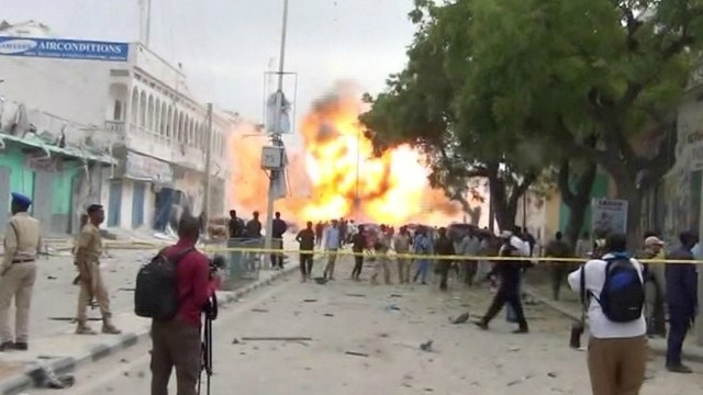 Somali militants ram car bomb into hotel