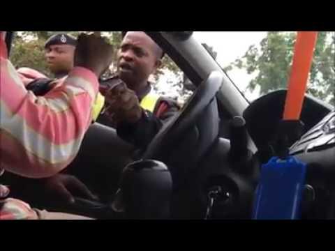 Video: Man threatens to arrest policemen for taking bribe