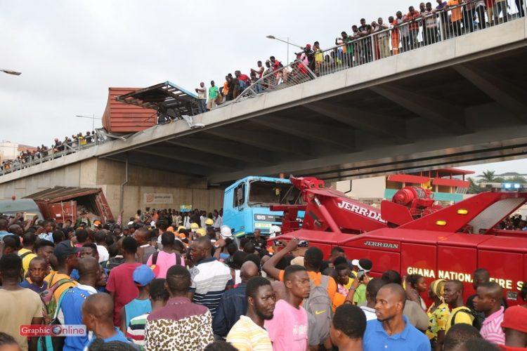 PHOTOS: 3 injured as container truck falls off Nkrumah Circle interchange