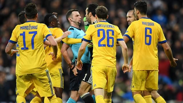 Refs Watch: Retired FIFA referee Thomas Nunoo gives Michael Oliver thumbs up for awarding Real Madrid late penalty in Juventus victory