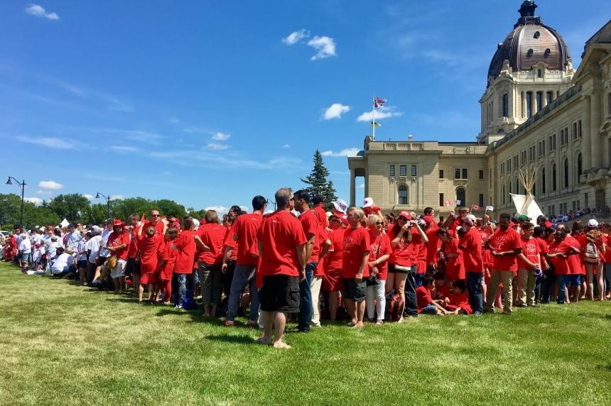 Regina's 'living' Canada 150 flag attracts Saskatoon family