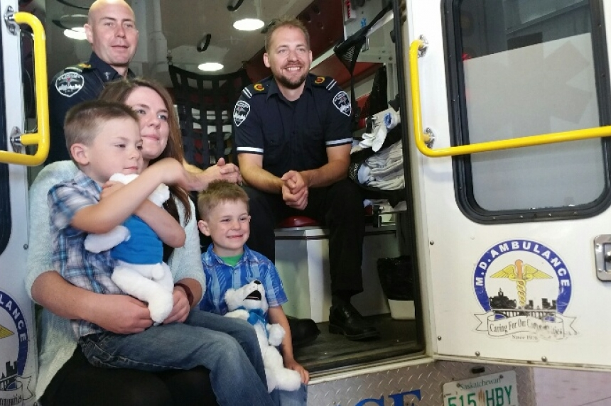 Family delivers special thank-you to paramedics