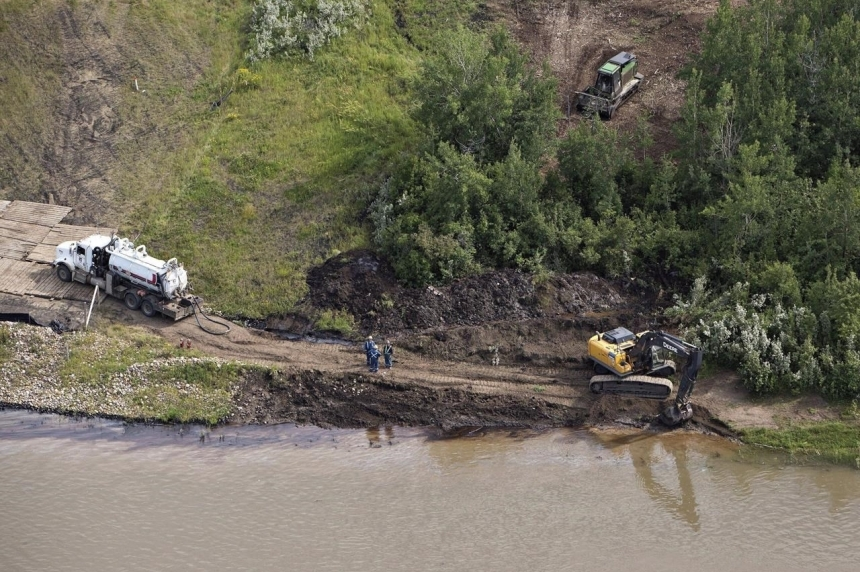 Testing of water and clean up of oil continue on the north Saskatchewan river