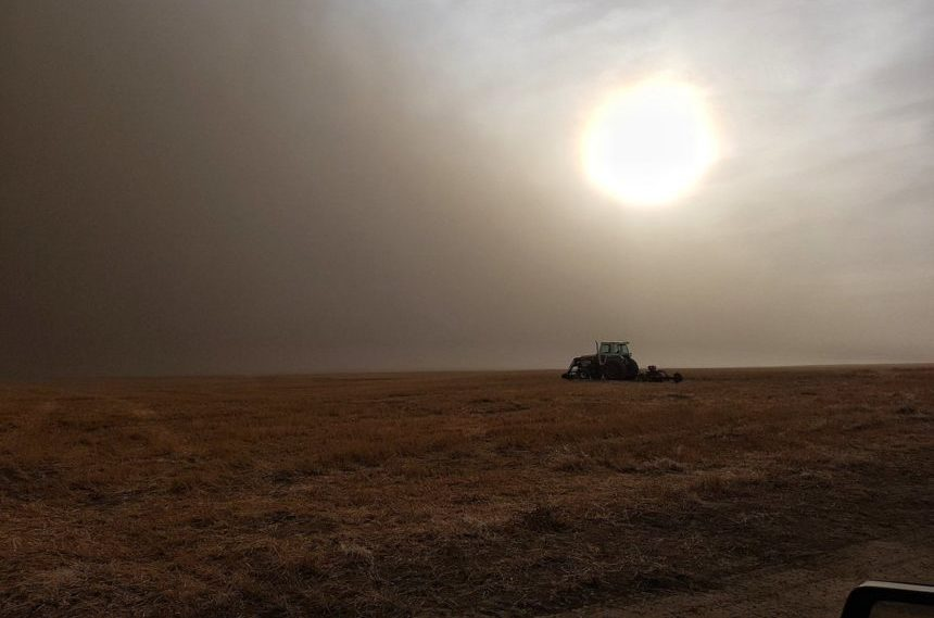 Smoke is filling the air south of Leader, Sask. due to a wildfire near Burstall on Oct. 17, 2017. (Ryan Wünsch Twitter)
