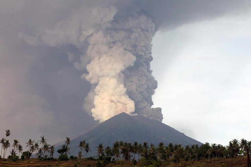 Canadians stuck in Bali as Mount Agung erupts, cancelling flights