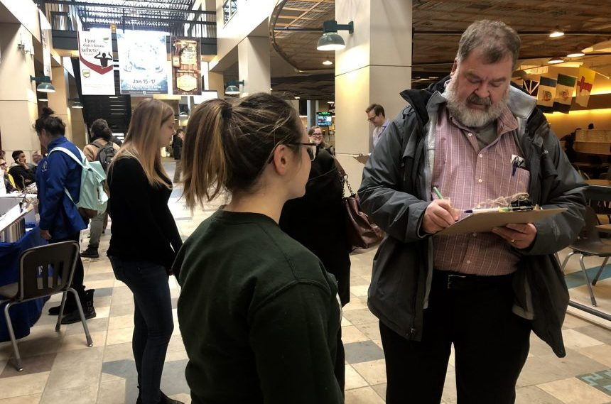 U of R students circulate petition to raise minimum wage