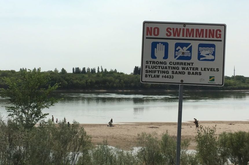Heat lovers flock to Saskatoon riverbank, despite swimming bylaw