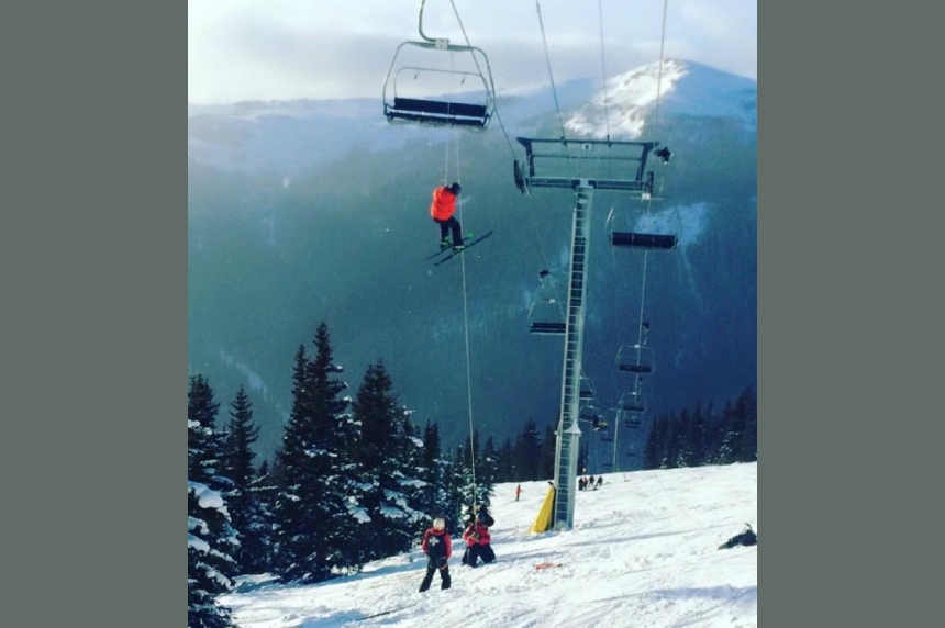 100 people rescued after lift at Alberta ski hill conks out