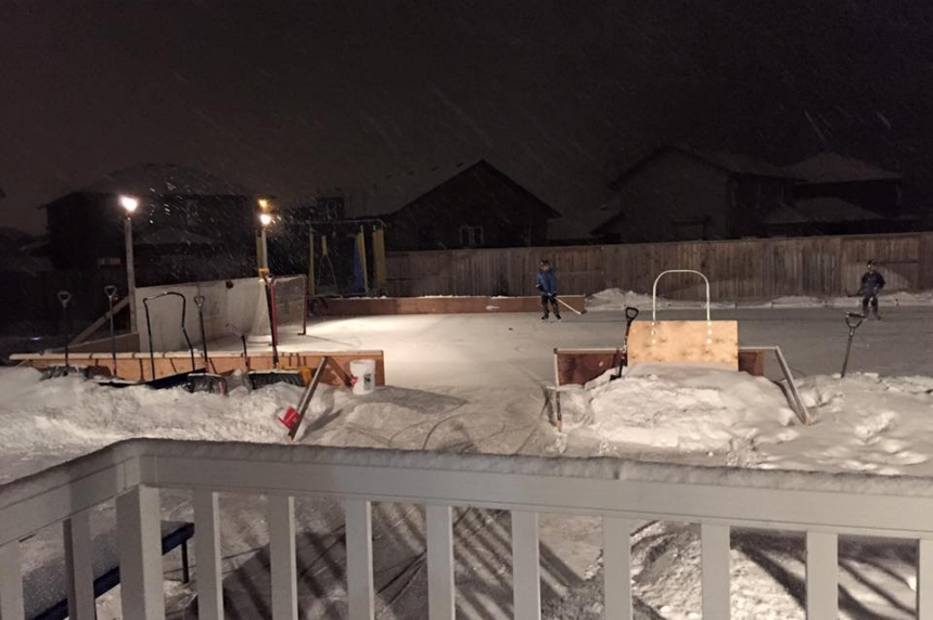 Hockey dads going all out on outdoor rinks despite cold temperatures