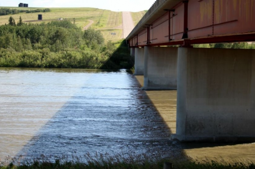 Workers continue efforts to contain oil spilled into North Saskatchewan River