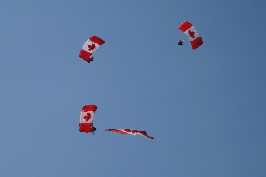 VIDEO: SkyHawks show-off in Saskatoon, kick-off Air Show