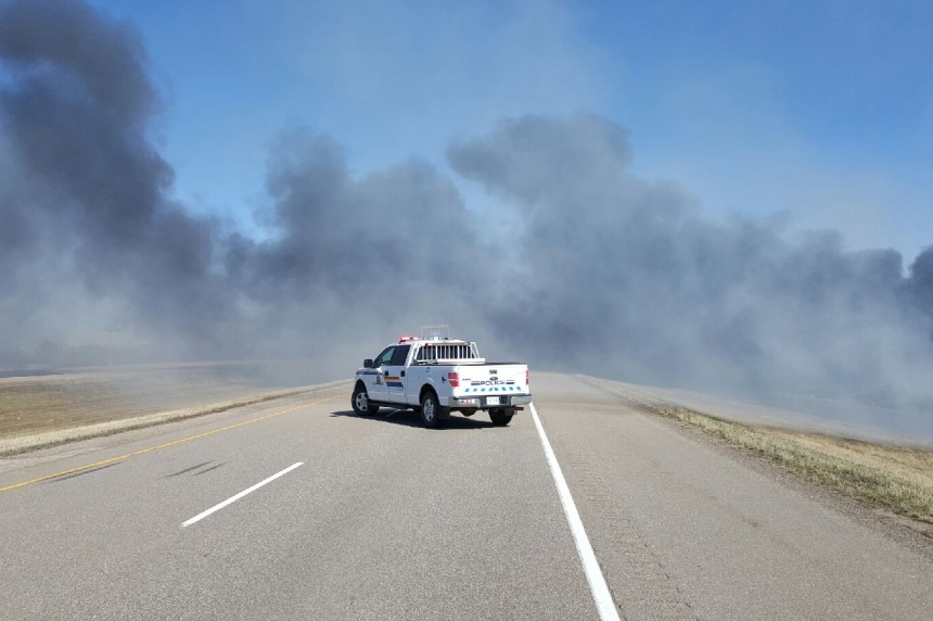 Grass fire jumps Yellowhead Highway, causes traffic delays