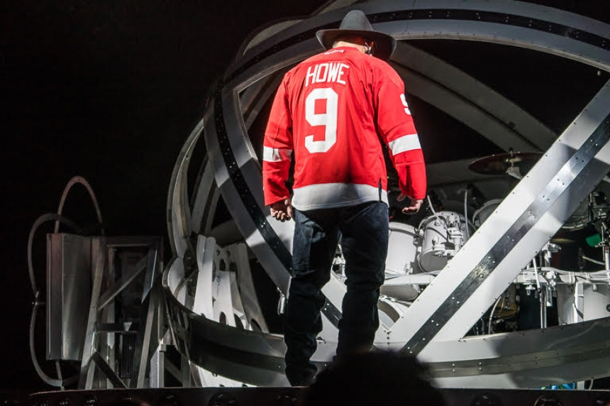 Garth Brooks honours Gordie Howe