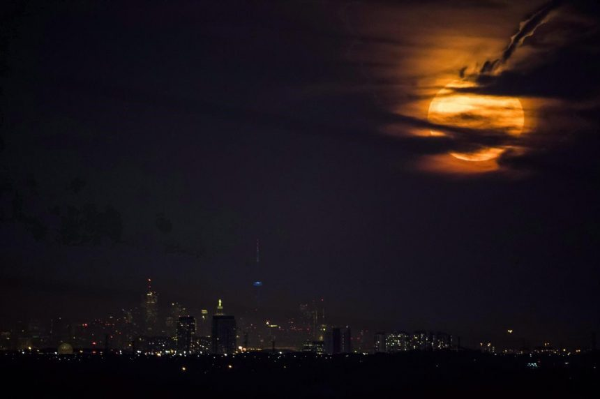 Super moon, lunar eclipse, king tides combine for powerful event Wednesday