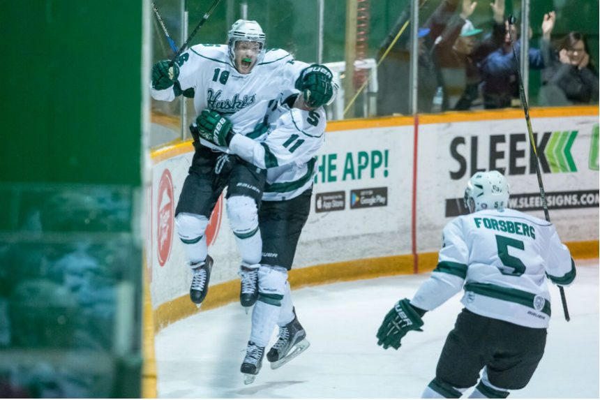 Last-minute goal leads Huskies men's hockey to finals