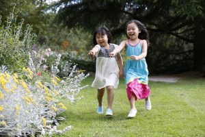 vandusen-girls-pointing-at-flowers