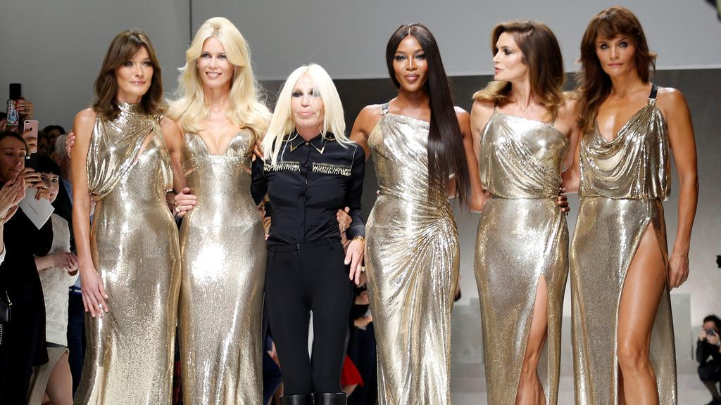 Naomi, Cindy, Helena and more reunite for Versace Show!