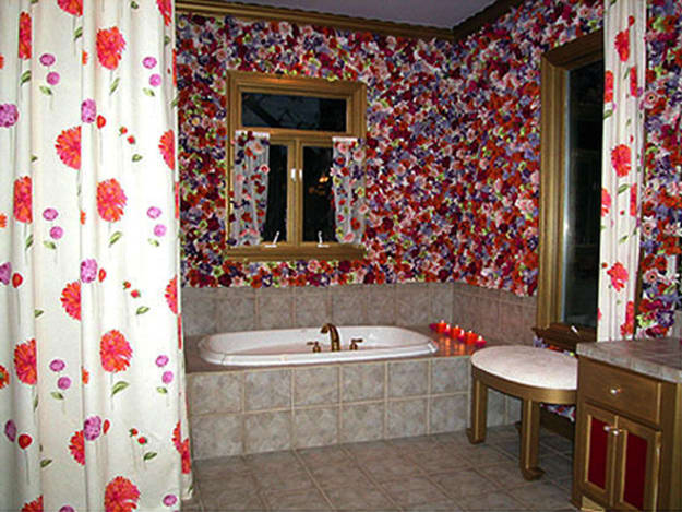 Hildi stapled over 7,000 silk flowers to the wall of a bathroom.  Ridiculous!  And if that wasn't bad enough, she also highlighted this atrocity with hideous gold paint on the moldings and cabinets.