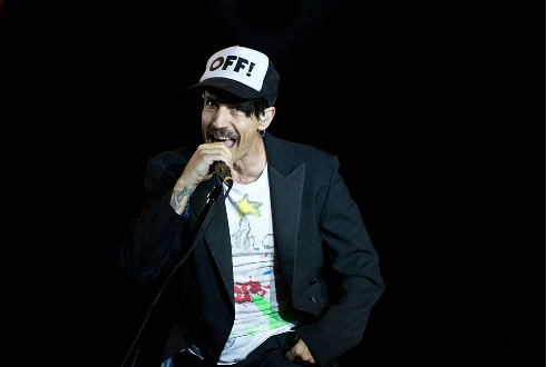 Anthony Kiedis Continues to Perform with Torn Tendon