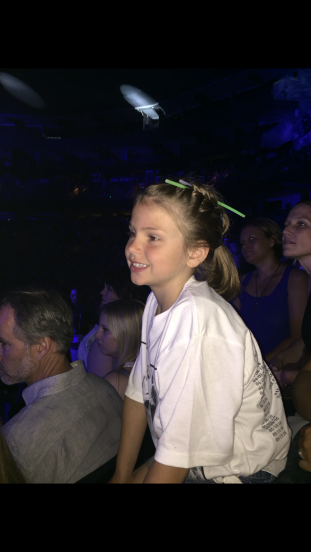 Carlos' 7 Year old Niece Audrey Reviews The Ellie Goulding Show