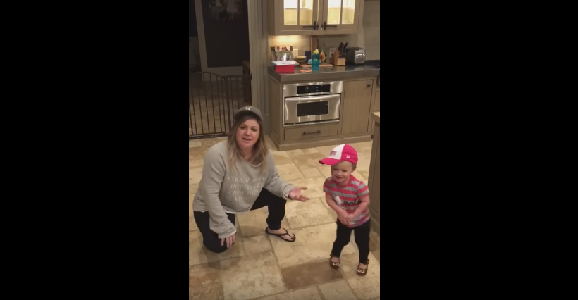 Kelly Clarkson & daughter River Rose dancing to Salt-N-Pepa for your daily dose of cuteness!