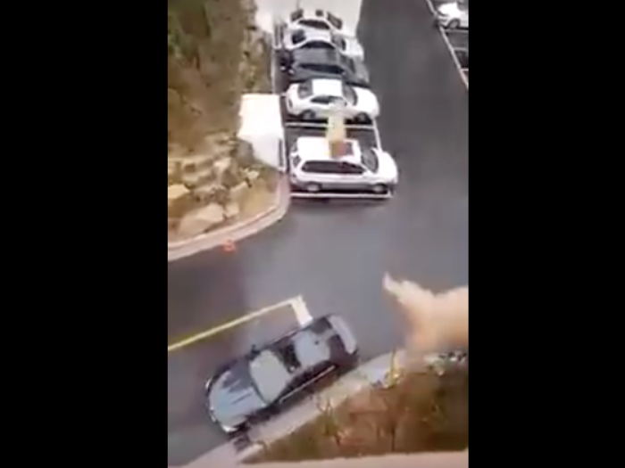 Husband Forgets His Lunch, Wife Throws It From The BALCONY & INTO His Car-WATCH