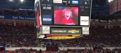 WATCH:Adorable 2 year-old gets cheered by whole arena at hockey game