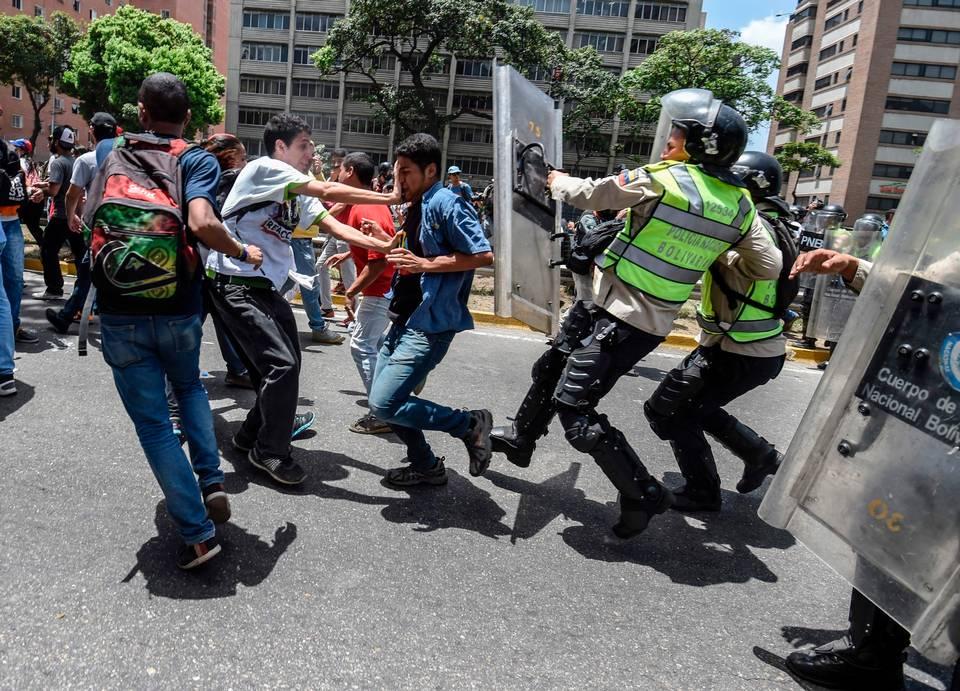 Chavistas y opositores toman las calles en Caracas
