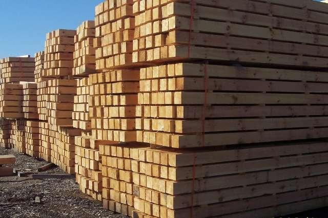 Dólar canadiense bajó al EEUU gravar las importaciones de madera