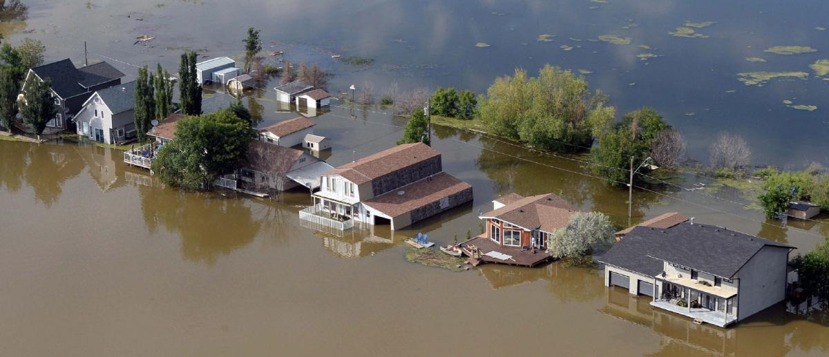Miles de familias siendo evacuadas por inundaciones en Canadá