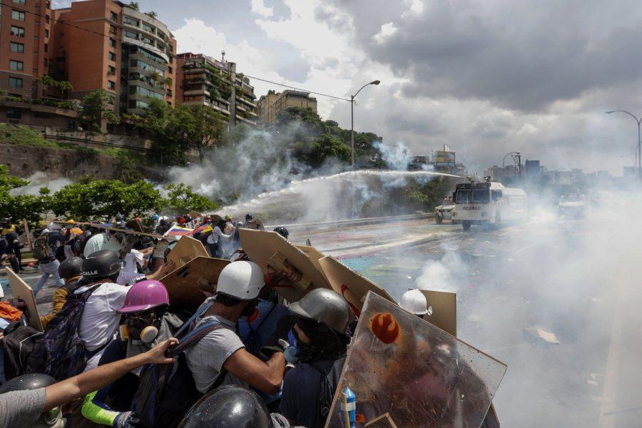 Fuerza de seguridad venezolana dispersó con gases lacrimógenos manifestación de la oposición