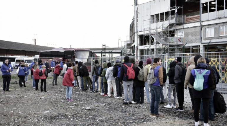 En París la policía desalojó hoy a 1.609 inmigrantes de varios campamentos al Norte