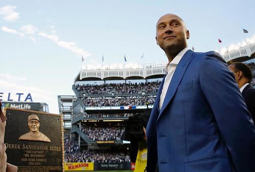 Derek Jeter volvió al Yankee Stadium develó una placa y Yanquis retiraron su número 2
