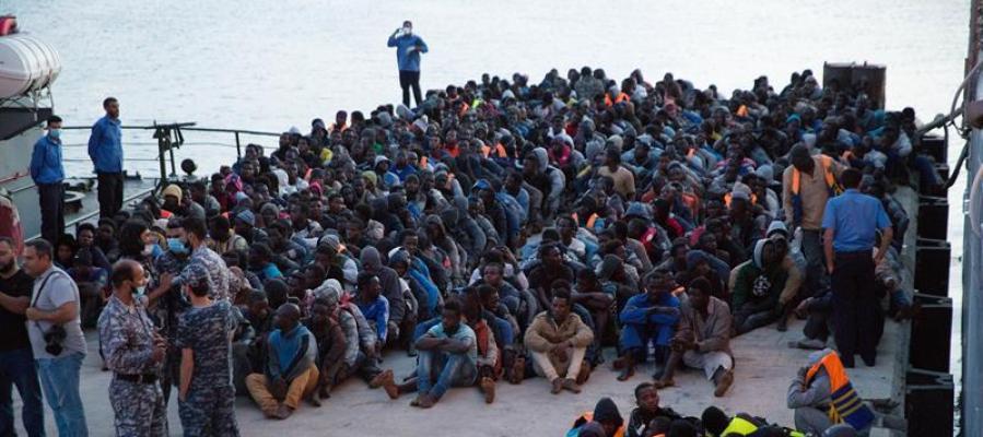 Guardacostas libios rescataron hoy a inmigrantes que navegaban a la deriva en el mar