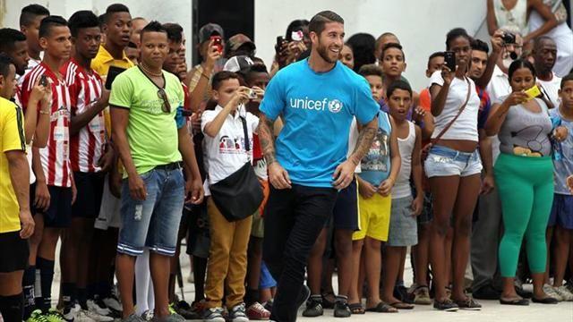 Capitán del Real Madrid Sergio Ramos visita a niños damnificados por las inundaciones en Perú