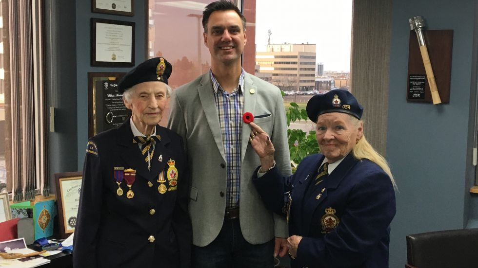 Mayor receives poppy to kick off campaign