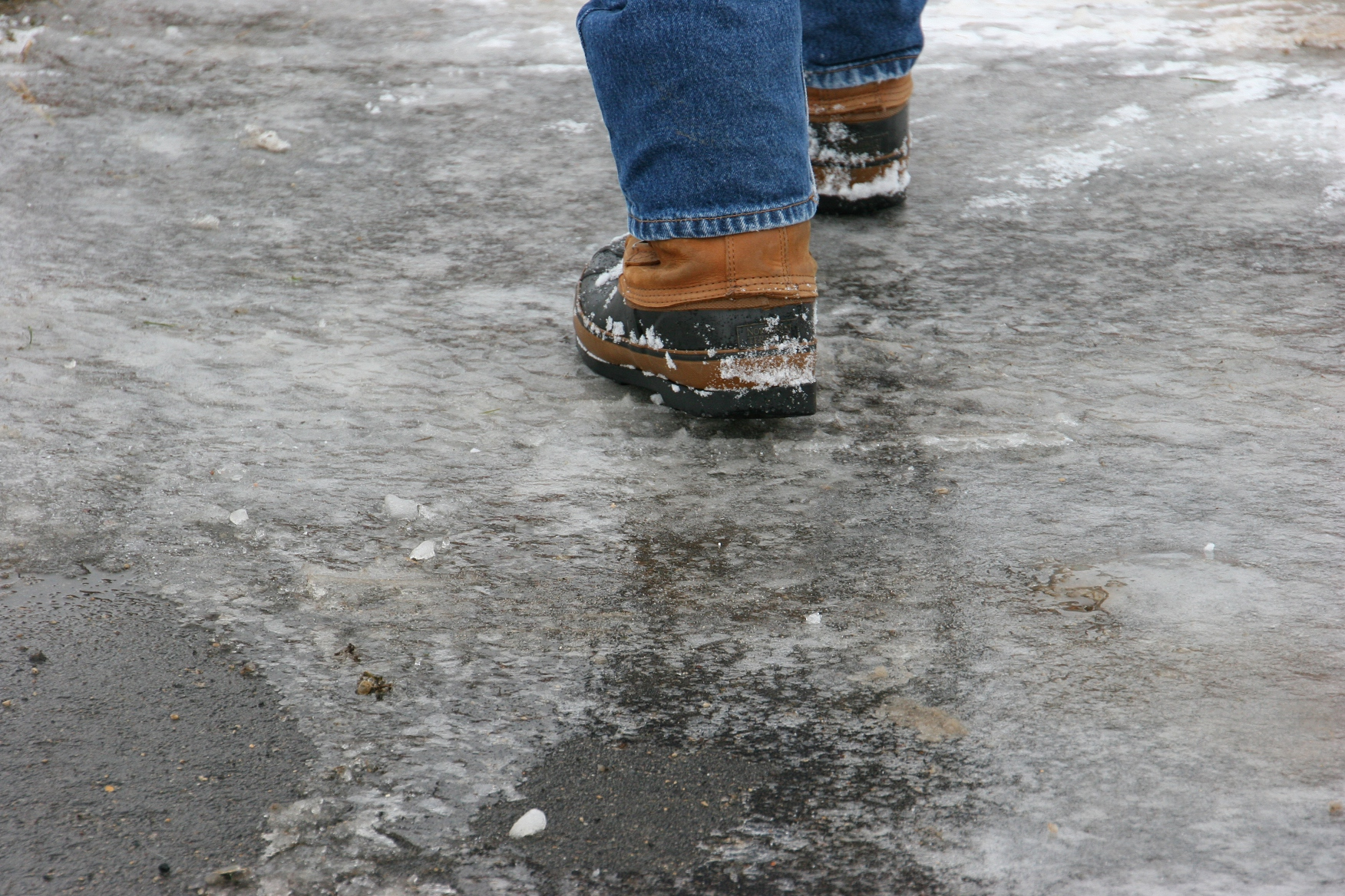 FREEZING RAIN OVERNIGHT---LEADS TO ICY SIDEWALKS THIS MORNING